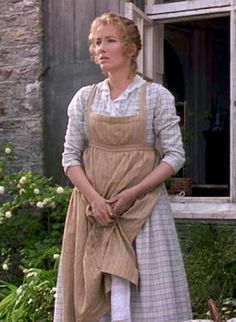 'A maid, who had appeared from the cottage, moved to take one end of the largest, which belonged to Ruth.' This pic - Emma Thompson in Sense and Sensibility. Historical Costume, Historical Clothing, Contemporary Aprons, Regency Dress, Regency Era, Pinafore Apron, Emma Thompson, Apron Dress, Pride And Prejudice