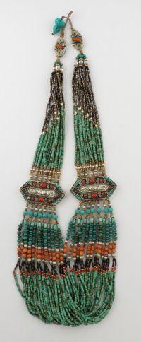 Collier ethnique, orné de petites pierres, lapis-lazuli, corail, turquoise, deux médaillons argent, ornés de pierres cloisonnées.