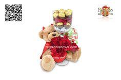 """""""Regalo Love-Love"""": Incluye jarrón de vidrio relleno de chocolates besitos Hershey´s, petalos de rosa y 16 chocolates Ferrero Rocher, abrazado por una osita de peluche con 5 rosas rojas. Incluye lazo y tarjeta para anotar su mensaje."""