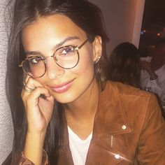 Look da modelo Emily Ratajkovski com óculos de grau