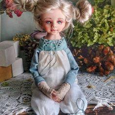 Уже человечек 😀😀причёска временная, чтобы волосы не мешались) Платье уже готово, остались ботиночки. Ну и маленькая игрушечка 😉    #кукларучнойработы   #авторскаяработа   #моикуколки  #ильинаюлия  #скороновыйгод