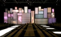 parisvenues-modular-neon-at-louis-vuitton.jpg (716×439)