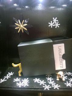 Näyteikkunan joulukalenterissa oli joka viikolla oma tuoteteemansa ja ydintarinasta poimitut koirat leikkivät tuotteiden kanssa tuoden niiden erityispiirteet esiin. Tässä esillä Rasian mahtava lahjakortti rasiassa.