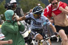 22 de julio de 2011. Mientras Alberto Contador subía Alpe d'Huez (1850 m), un espontáneo disfrazado de doctor se le acerca para recordarle la investigación a la que estaba siendo sometido por haber dado positivo en un control anti-doping
