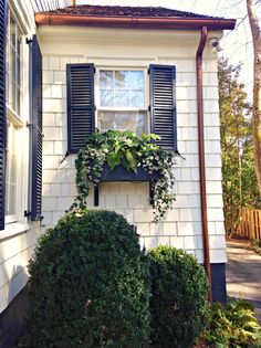 Classic black shutters… Garden, Home and Party: Designer Missi Erw. Classic black shutters… Garden, Home and Party: Designer Missi Erwin - Exterior Paint Colors, Paint Colors For Home, House Colors, Exterior Design, Siding Colors, Navy Shutters, Window Shutters, Exterior Shutters, Le Ranch