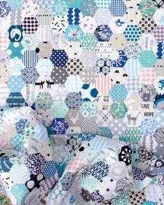 Hexagon Stash Buster Quilt in Blues - English Paper Piecing | © Red Pepper Quilts 2020 #hexagonquilt Hexagon Patchwork, Hexagon Quilt, Hexagons, Sewing Machine Stitches, Machine Quilting, Nancy Zieman, Quilting Tips, Quilting Projects, Quilting Tutorials
