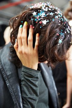 'Skater girls who've had a liaison in a sequin factory' - Glitter hair by Ali… Festival Stil, Festival Make Up, Glitter Roots, Glitter Hair, Glitter Uggs, Glitter Wine, Glitter Fabric, Party Hairstyles, Cute Hairstyles