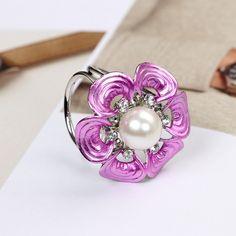 Unikátna brošňa v striebornej farbe, v tvare purpurového kvetu