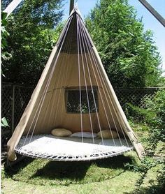DIY garden furniture from a trampoline, an old bed or some palets: very inventive!    Images via: frommygreydesk.blog, decorativehomeinterior.com, blog.2modern.co, webbiez.nl