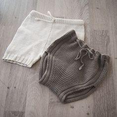 To små sommerbukser. Mon tro om jeg får tvunget toåringen inn i disse denne sommeren også #sommerstrikk #sommer2015 #summerknit #handknit #instaknit #knitforkids #knitpicks #knitstagram #knittersofinstagram #knitforyourkid #babystrik #babystrikk #homemade #strikkedilla #vårstrikk