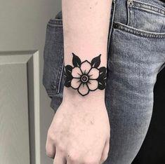 Search inspiration for an Old School tattoo. Mini Tattoos, Elbow Tattoos, Black Ink Tattoos, Sleeve Tattoos, Traditional Tattoo Wrist, Traditional Tattoo Flowers, Traditional Tattoo Old School, Traditional Heart Tattoos, Piercing Tattoo