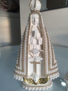 Nossa Senhora Aparecida toda revestida com pérolas e strass dourado ou prata.    Temos as duas opções de cores.