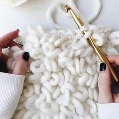 Crochet Loop, Crochet Diy, Crochet Crafts, Crochet Projects, Crochet Rugs, Beginner Crochet, Crochet Cushions, Crochet Blocks, Afghan Crochet