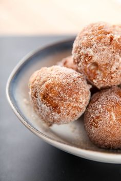 Cinnabon Delights: Crispy donut holes coated in a generous amount of cinnamon sugar, and filled with cream cheese frosting. Enjoy this Taco Bell favorite at home in minutes! Taco Bell Desserts, Taco Bell Recipes, Mexican Food Recipes, Mexican Donuts Recipe, Mexican Desserts, Party Desserts, Cinnabon Delights Recipe, Taco Bell Cinnabon Delights, Taco Bell Cinnabon Recipe