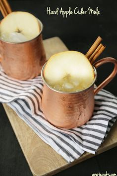 Hard Apple Cider Mule - An autumn twist on a Moscow Mule made with hard apple cider and ginger beer! Refreshing and they go down easily! Fun Drinks, Yummy Drinks, Yummy Food, Refreshing Drinks, Beverages, Halloween Cocktails, Holiday Cocktails, Beltane, Cheers