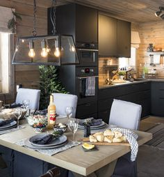 I denne ferdighytta er nesten alt gjenbruk Kitchen Board, Kitchen Dining, Chalet Style, Cabin Kitchens, Küchen Design, Home Staging, My Dream Home, My House, Sweet Home