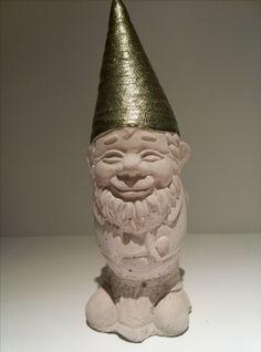 Gartenzwerg aus Beton mit glänzender Mütze. Höhe ca. 20cm. Gewicht ca. 800gr. Farbe der Mütze ist Avocado. Von Hand gegossen, von Hand bemalt.