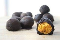 Coco,zanahoria y dátil es todo lo que necesitarás para el relleno de estas trufas raw.