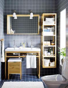 Zona de aseo completa  El espejo tiene repisa; los lavabos se apoyan en una estructura con toallero y debajo cabe un banco con bául. Y al lado, una estantería estrecha y alta.