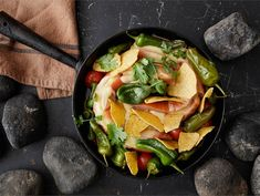 Texmex kiuasmakkara | Valio Tex Mex, Nachos, Thai Red Curry, Cantaloupe, Fruit, Ethnic Recipes, Food, Red Peppers, Essen
