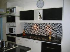 cozinha com pastilhas coloridas preta, branca e cinza
