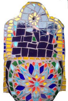 Maceta de pared tipo aguamanil decorada con vidrios de colores #macetadepared #mosaicocolombia #amoelmosaico