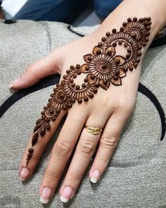 Explore latest Mehndi Designs images in 2019 on Happy Shappy. Mehendi design is also known as the heena design or henna patterns worldwide. We are here with the best mehndi designs images from worldwide. Henna Hand Designs, Latest Mehndi Designs, Dulhan Mehndi Designs, Mehndi Designs Finger, Simple Arabic Mehndi Designs, Henna Tattoo Designs Simple, Modern Mehndi Designs, Mehndi Designs For Girls, Mehndi Designs For Beginners