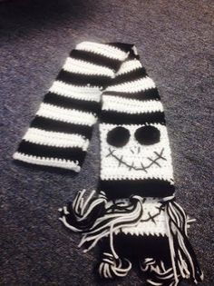 Jack Skellington from The Nightmare Before Christmas 33 Etsy Scarves For The Film Buff On Your Christmas List Crochet Skull, Crochet Gloves, Crochet Beanie, Crochet Scarves, Crochet Quilt, Crochet Crafts, Crochet Yarn, Jack Skellington, Loom Knitting