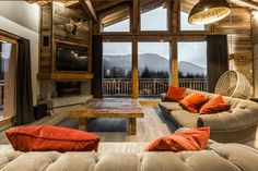 Chalet des gens • Nos réalisations • - SARL PELLE CHAMONIX Flat Interior, Interior Exterior, Interior Design, Living Room With Fireplace, Home Living Room, Mountain House Decor, Timber Posts, Flat Ideas, Cabin Homes