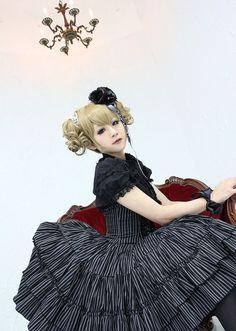 •○~ Gothic lolita fashion, ゴスロリ ♥ skirt - ruffles - stripes - twin tails - curly hair - mini top hat - lace - coordinate - cute - kawaii - Japanese street fashion✮ ~•○