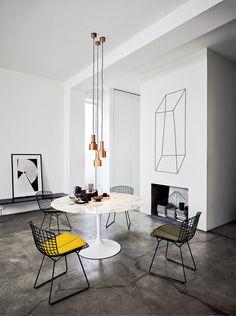 Harry Bertoia, con la Silla Side Bertoia, experimenta en 1950 con el arte de doblar barras de metal, dando como producto una reverenciada silla innovadora, cómoda y sorprendentemente hermosa.