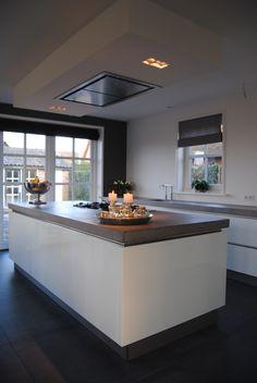 Godard beerdreef 1 geniet in deze moderne greeploze keuken met kookeiland kokkerellen - Keuken back bar ...