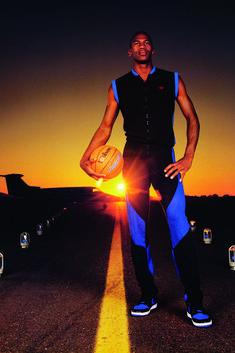 MJ in versione promo, con la palla sotto il braccio e un look infallibile
