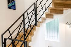 Escalier bois LINEA avec ses marches et contremarches en Chêne et son garde-corps métal. Découvrez les escaliers bois de Passion Bois , spécialiste de l'escalier contemporain des Alpes Martimes sur www.escaliers-passionbois.com/fr/escalier