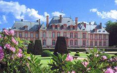 Замок Бретёй, или Замок Шарля Перро, во Франции. Место, где сказки оживают и становятся... восковыми.