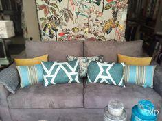 Uno de los escaparates de Abril!! ¿Quién dice que un sofá gris oscuro no puede aportar luminosidad? los cojines aportan colores frescos #MDLolaHerrán #Sevilla #Decoración #Interiorismo #Escaparates #sofá #cojines #telas #fabrics