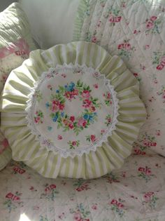 Pünktchenglück Shabby Vintage, Folding Fitted Sheets, Cushion Embroidery, Cushions To Make, Granny Chic, Rose Cottage, White Pillows, Shabby Chic Furniture, Furniture Projects