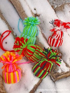 Just a few color combination ideas for your yarn hat ornament. Alternate multiple colors, one strand at a time. Easy Christmas Ornaments, Homemade Ornaments, Paper Ornaments, Christmas Crafts For Kids, How To Make Ornaments, Holiday Crafts, Christmas Diy, Easter Crafts, King Craft