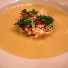 Vergeten? Hoe is 't mogelijk dat de wereld ooit zo'n lekkere groente als pastinaak kon vergeten? Of je ze nu in een zalvige puree draait, of in een lekkere soep, deze groente smaakt altijd! En als je in 't midden van je bord dampende soep dan nog een schepje pastinaakbrunoise gemengd met Ibericoham en King …