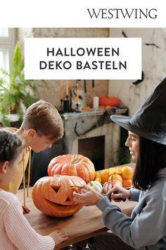 Jetzt wird es gruselig! Aber keine Angst, nur in Sachen Halloween Deko. Jedes Jahr am 31. Oktober schmückt blutige, gruselig angehauchte Halloween Dekoration auch immer häufiger die Wohnungen hier bei uns. Wir verraten Euch kreative Halloween Deko Ideen, die für ordentlich Partyspaß bei Euch und Euren Gästen sorgen. Skelette, Totenschädel, und Zombies - seid gespannt!/Westwing halloween halloweendeko halloweendiy herbstdeko halloweenparty Kürbis schnitzen DIY Kinder Deko draußen Tür Hauseingang Pumpkin, Angst, Vegetables, Halloween Decorating Ideas, Scary Halloween, Pumpkins, Vegetable Recipes, Squash, Veggies