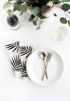 DIY Palm print servetten. Zo haal je de zomer (of de urban jungle trend) alvast in huis! // via Homey Oh My