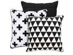 Super zestaw 3 poduszek.Pickup czarny + bawełniana poduszka z motywem krzyżyków oraz bawełniana poduszka w czarno-białe trójkąty z czarnym tyłemPickUp to Pikowana poduszka dekoracyjna uszyta z dzianin ...