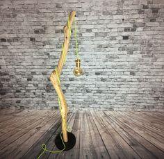 Lampadaire en bois vieilli par les éléments / bois flotté de la boutique TheElectricWoodCo sur Etsy