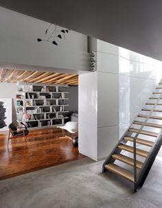 Entre l'entrée et le séjour, un mur en staff laqué blanc - Loft très particulier - CôtéMaison.fr