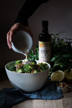 Broccoli slaw with roasted walnuts - Recipe on http://nutsandblueberries.com/brokkoli-slaw/