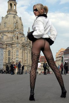 Very sexy pantyhose on terrific legs!!