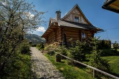 Dom Pod Giewontem Zakopane - Udanypobyt.pl Timber House, Polish, Houses, Cabin, House Styles, Simple, Beauty, Home Decor, Homes