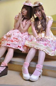 2 Sweet Country Lolitas--straw hats! Gyaru Fashion, Kawaii Fashion, Lolita Fashion, Lolita Goth, Brolita, Quirky Fashion, Straw Hats, Japanese Street Fashion, Cute Little Girls