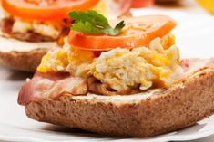 Nutritionist Jean-Paul Curtay explains the importance of a good protein-rich breakfast as part of a healthy diet - and to keep our immunity system strong. Brie Fondant, Pate A Muffins, Protein Rich Breakfast, Best Protein, Camping, Salmon Burgers, Baked Potato, Diet, Healthy