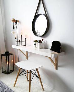 Toller Schminktisch! Mit diesem Wandspiegel gibst du jedem Schminktisch ein Makeover! Mit dem Industrial-Chic liegst du total im Trend und bringst ein coolen Retro Look zu dir nach Hause. Dazu noch ein paar Accessoires wie den Becher M oder die Lampe und schon ist alles gestylt. @so.very.me.and.home